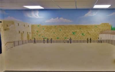 כיצד יוצרים אווירה דתית- חסידית באמצעות ציורי קיר?
