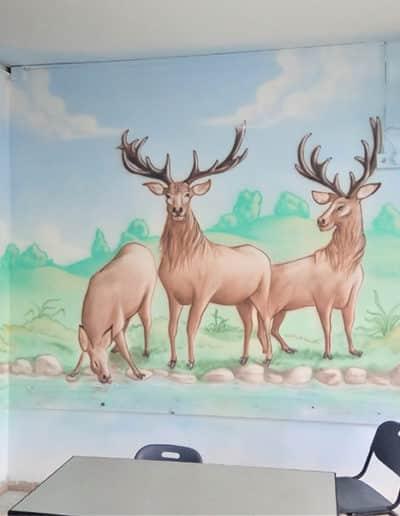 ציורי קיר של איילים בטבע קסום