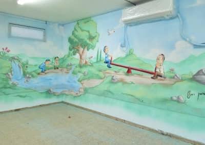 ציור קיר בכיתת לימודים של ילדים משחקים במקום קסום