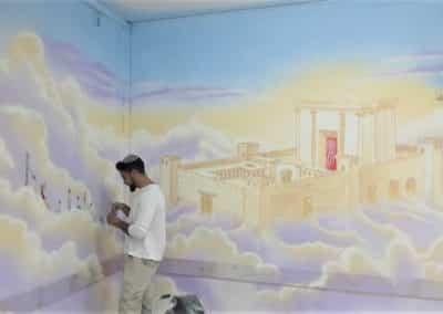 צייר קירות מימון בדוש במהלך ציור