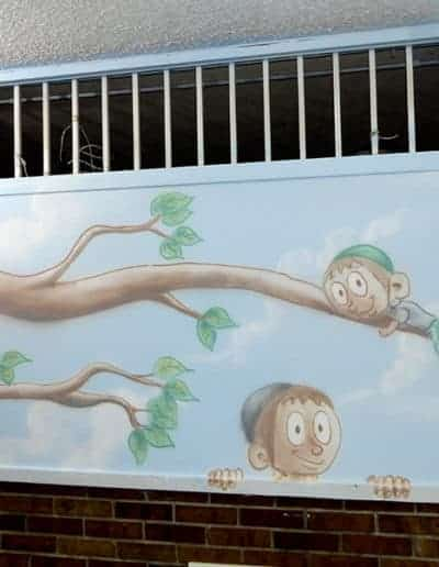 ציור קיר של ענף עם ילדים