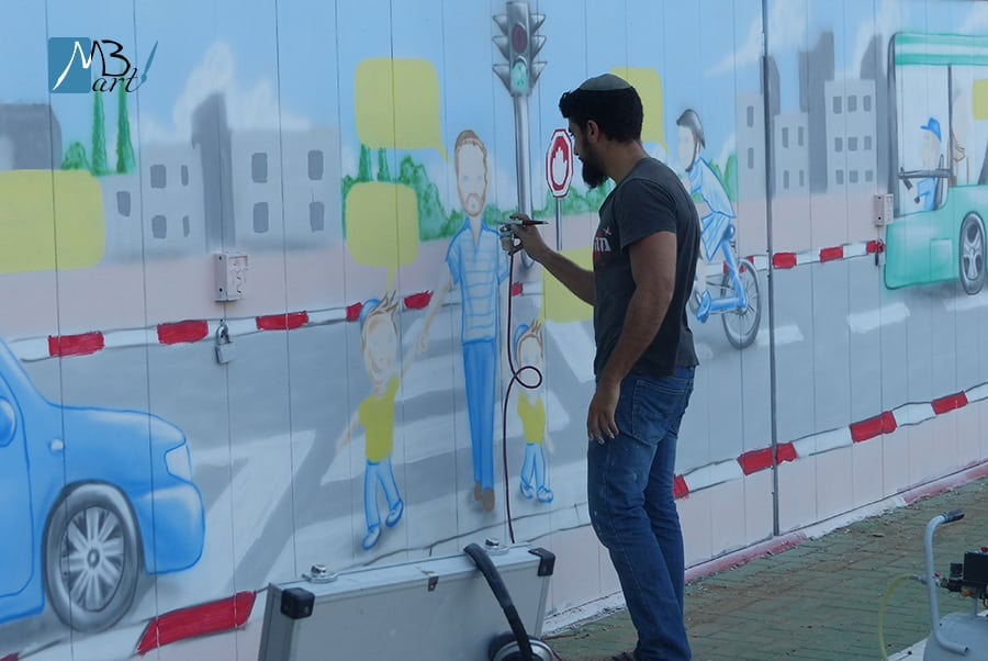 ציורים על קירות בניין משותף
