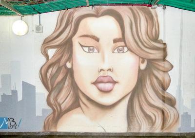 MBart ציורי קיר - ציור קיר של אישה ענקית - ציורי רחוב