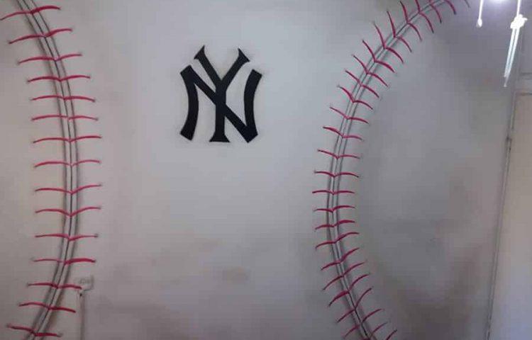 ציור של כדור בייסבול ענק על הקיר
